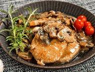 Рецепта Печени свински пържоли с гъби от буркан на фурна